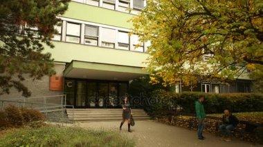 Mendelova univerzita v Brně studenti jít do školy a ze školy