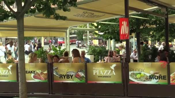 Brno, Česká republika 11 srpna 2016: autentické lidé v luxusní zahradní restaurace, servírka, Brno, Česká republika, Evropa, Eu