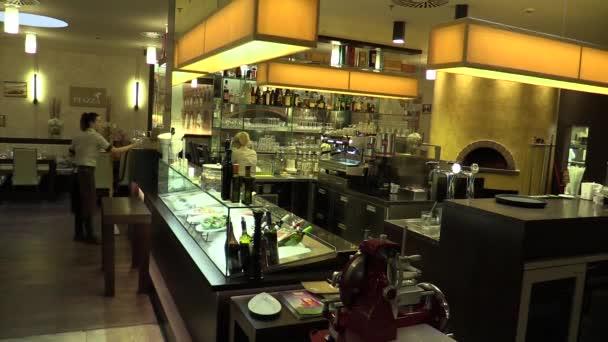 Autentické lidí v luxusní bar a restaurace, servírky