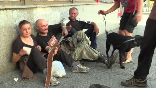 Brno, Česká republika, 24 září 2016: autentické muž bez domova v městě s mečem, skupina, kouření cigaret, pes černá, žena bez domova, město Brno, Morava, Česká republika, Evropa, Eu