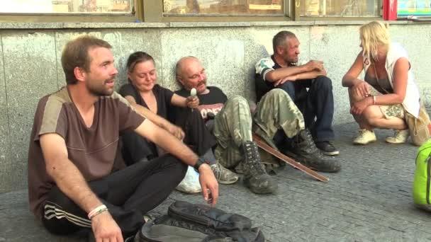 Brno, Česká republika, 24 září 2016: autentické mužů a žen bez domova v městě líbání, group, město Brno, Morava, Česká republika, Evropa, Eu