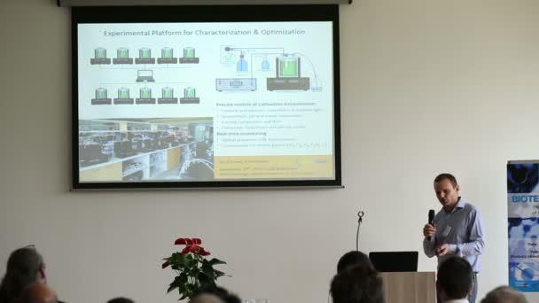 Muž vědec představil na konferenci
