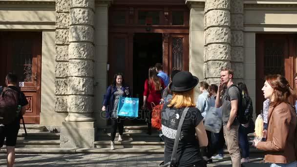 Autentické studenti opustit univerzitu, mluvit před školou
