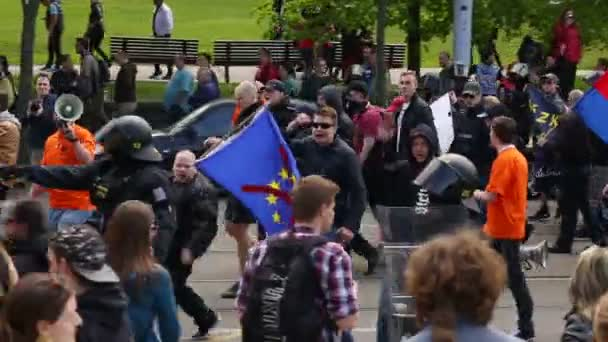 Brno, Česká republika, 1. května, 2016:March radikální extremistů, potlačení demokracie, proti vládě České republiky, Evropské unie, proti uprchlíkům, policie, vlajky, Evropa, Eu