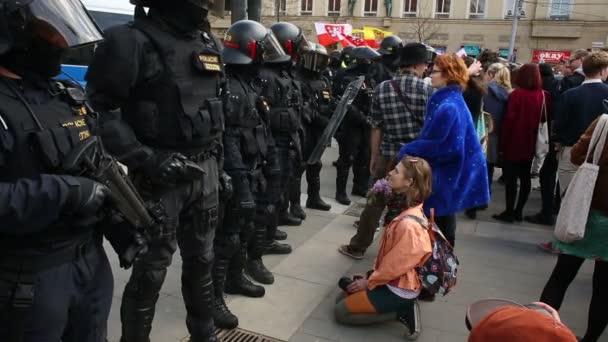 Mladá žena protestuje proti extremismu a potlačení demokracie Evropy