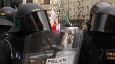 Český aktivisté protestují proti extremistům. Demonstrace radikálních extrémistů, proti Evropské unii, policejní jednotky