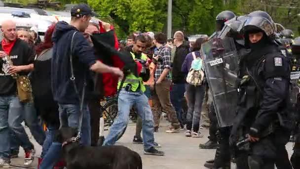 Dohlíží na policejní pořádkové jednotky, český aktivisté Antifa protestují proti extremistům. Demonstrace proti Evropské unii, uprchlíci