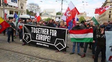 Března radikální extremistů, potlačení demokracie, proti Evropské unii, vlajka Maďarska dohromady lidi