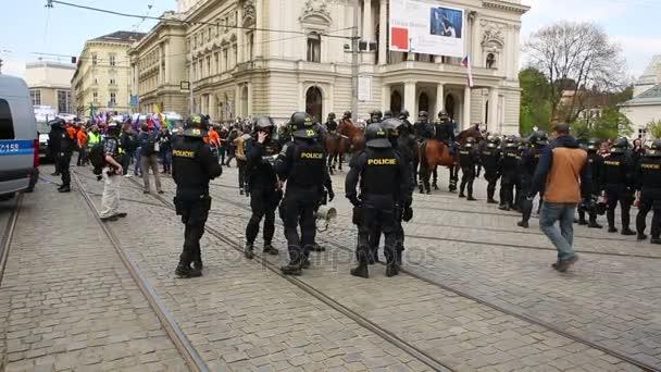 Március radikális szélsőségesek, demokrácia, elnyomás ellen, Európai Unió, rendőrség, zászlók
