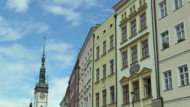 Olomouc, Česká republika, 27 července 2017: Radniční věž a historické budovy v Olomouci timelapse