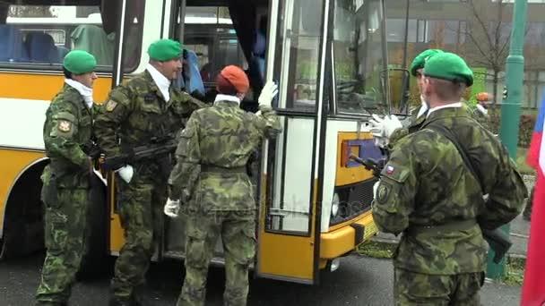 Elita armády vojáků v České republice je do autobusu, vyzbrojen moderní zbraň útočná puška, vojáci