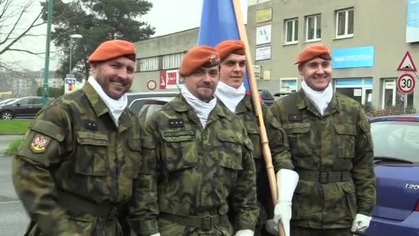Ozbrojené vojáky elitní armády České republiky jsou fotografoval vojáků s vlajkou