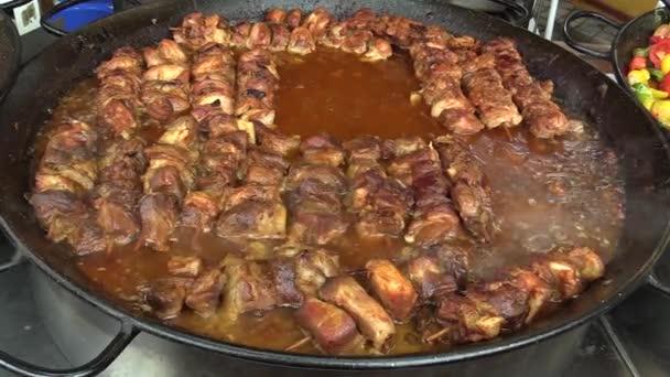Chutný šťavnatý špíz z vepřového a kuřecího masa, vaření na zvláštní pánvi, vánoční trhy