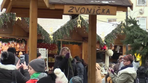 Olomouc, Česká republika, 17 prosince 2017: Dětí na vánočním trhu na náměstí na dřevěný zvonek věž, radost ze štěstí zvony a radujte se se svými rodinami. Velmi pěkné a úžasné, vánoční atmosféry a trh stánkový prodej