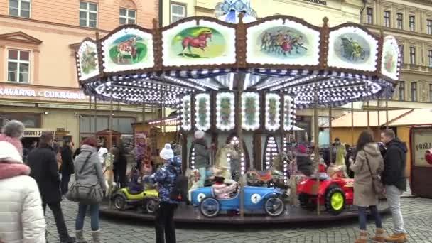 Kolotoč jezdit spinning s lions, koně, kočár, auto pro děti barevné na vánoční trhy, křesťanské svátky a adventní, autentickou radost z rodin