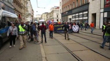 Brno, Česká republika, 1. května 2017: březen radikální extremistů, potlačení demokracie, proti vládě České republiky, Evropské unie, policie a velké příznaky