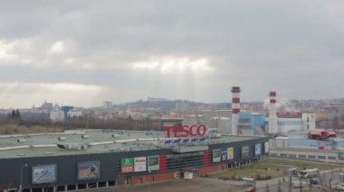 Brno, Česká republika, 17 listopadu 2017: velkého nákupního centra, velké pokrytí kvalitní půdy s betonem, město v smog a kalamity