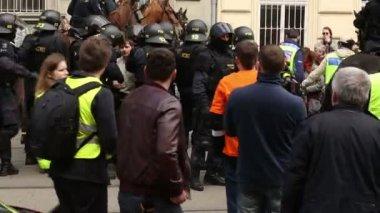 Brno, Česká republika, 1. května 2017: Pořádkové policie zadrženi a zatkla aktivista proti radikální extremisty. Demonstrační pochod, policie na koních, Evropa