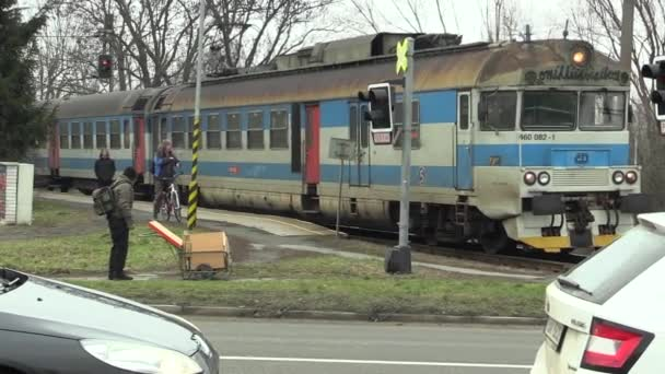 Olomouc, Česká republika, 18 ledna 2018: vlak ve špatném technické stavu a velmi staré, přechází na přejezdu v Olomouci, lidé čekají, varovná znamení na semaforech