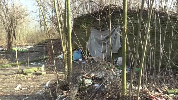 Olomouc, Česká republika, 18 ledna 2018: bezdomovci ghetta v bývalé vojenské pevnosti v město Olomouc, přístřeší a budování, odpadky Koš a špinavé popelnici, chudé deprese