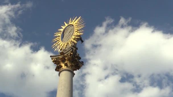 Mariánský sloup sloup na náměstí svobody v Brně byla postavena v letech 1679 a 1683 na památku morové epidemii, která město utrpělo a trápí. Zlatá záře a mraky timelapse