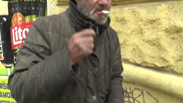Olomouc, Česká republika, 5. března 2018: autentické chudé bez domova pití alkoholu rumu ve skleněných lahvích. Velmi reálná, život na ulici, problém civilizace společnosti odcizení a chudoba