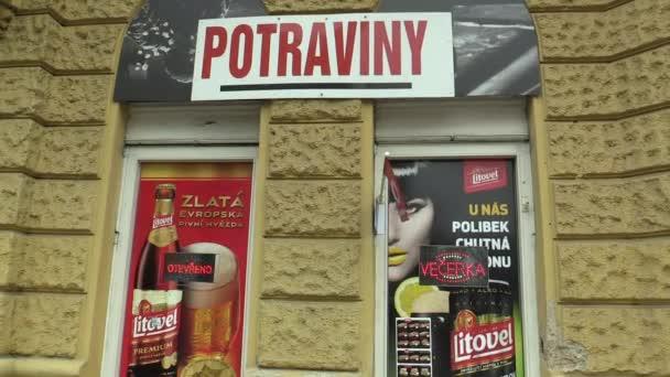 Olomouc, Česká republika, 29 ledna 2018: potraviny obchod s potravinami a obchod s večeří v historické budově město Olomouc, pivní reklamy, skutečné a autentické pouliční život v civilizované