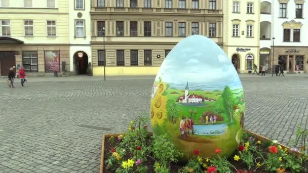 Olomouc, Česká republika, 30 března 2018: velké obří kraslice s lidový malovaný dekor, Paschal vejce prázdninové kreslení je krásné a tradiční, staré, doba velikonoční svátky, lidé chodí náměstí