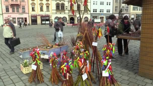 Olomouc, Česká republika, 30 března 2018: prodej tradiční velikonoční bič lidové oslavy svátků na trhu náměstí v Olomouci, svátky jara a klidné, Paschal svátek, lidé