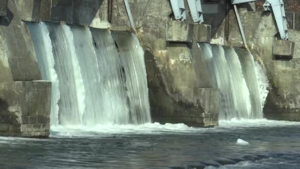 Weir řeka Morava, vodní elektrárny, v zimě zmrzlou vodu s ledem a rampouchy sněhem, Evropa
