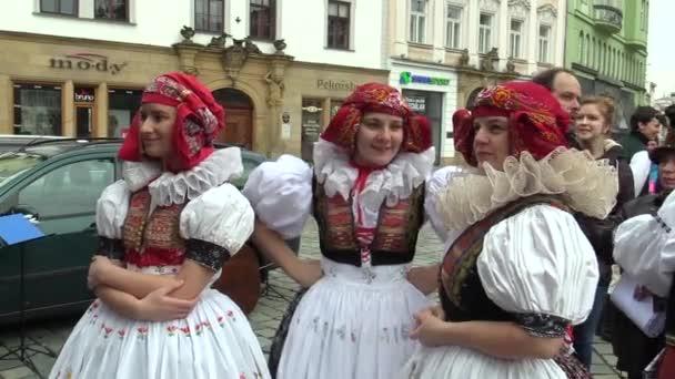 Olomouc, Česká republika, 1 dubna 2018: ženy v tradičních lidových krojích z Hana na velké oslavy velikonočních svátků v Olomouci na dolním náměstí, Paschal lidí pestře zdobené krajkou