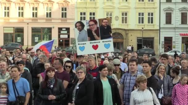 Olomouc, Česká republika, 9 dubna 2018: Ukázka z davu lidí proti Andrej Babis premiér a prezident Miloš Zeman, láska srdce Kroupa, Slonkova a Kmeta banner