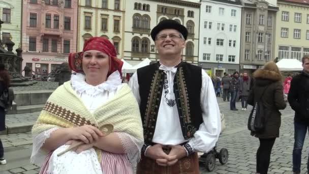 Muži a ženy v tradičních lidových krojích z Hana na velké oslavy velikonočních svátků v Olomouci na dolním náměstí, Paschal lidé jsou šťastní