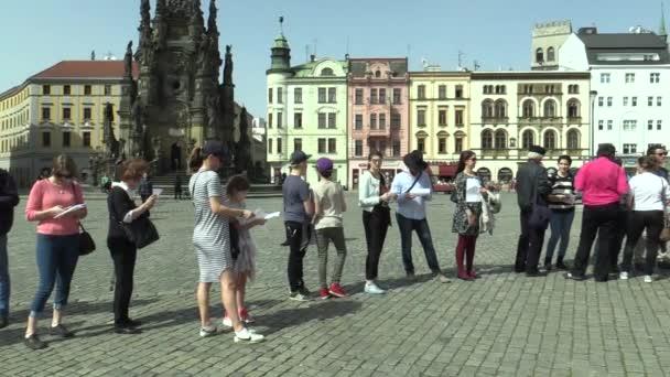 Olomouc, Česká republika, 12. dubna 2018: veřejné čtení obětem holocaustu v statutární město Olomouc, lidé stojící přední, připomenutí zabíjení v koncentračních táborech nacistickým Německem