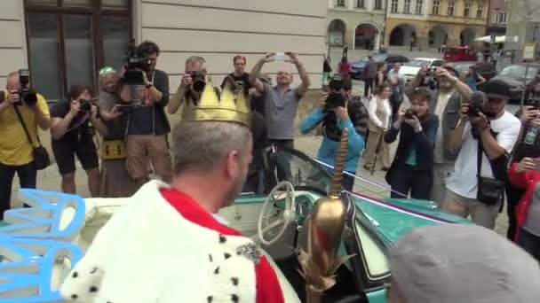 Olomouc Česká republika, 9. května 2018: Král měsíců mohou studenti zpěvák David Koller dorazí v roce 1960 historický vůz Škoda Felicia cabriotet. Zlatá Koruna, média novináři, fotografové, král