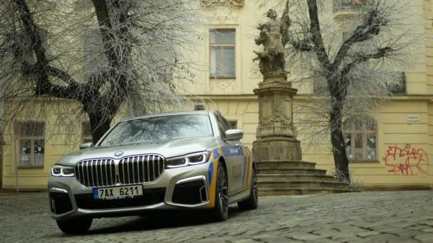 Olomouc, 3. ledna 2019: Policejní vůz Bmw 745le kombinuje třílitrový šestiválcový turbodmychadlový benzinový motor s externími dobíjecími bateriemi pro elektromotory, hybridní vozidla