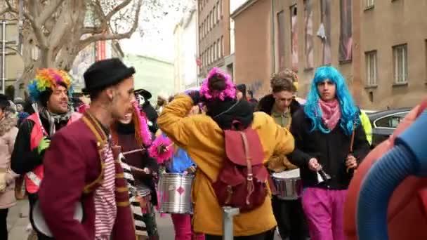 BRNO, ČESKÁ REPUBLIKA, FEBRUARY 29, 2020: Akční skupina bubnuje Rhythms of Resistance dance music street, Karneval Masopust slavnostní masky přehlídka Cikánů, Samba band