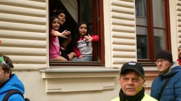 BRNO, ČESKÁ REPUBLIKA, FEBRUARY 29, 2020: Karneval Masopust slavnostní masky průvod V Brně festival Bronx cikáni, průvod tradiční slovanské etnické oslavy cikánské dětské okno