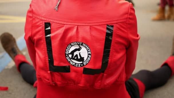 BRNO, ČESKÁ REPUBLIKA, FEBRUARY 29, 2020: Kostýmní hnutí roztleskávaček Good Night White Pride logo znak akční kapela bubnování taneční hudba ulice antifašista, karneval masopust oslava