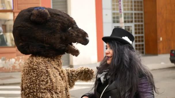 BRNO, ČESKÁ REPUBLIKA, FEBRUARY 29, 2020: Karneval Masopust slavnostní masky přehlídka čarodějnice nebo babizna festival cikánů, průvod tradiční slovanské etnické oslavy čarodějnice cikánská vůně medvěd