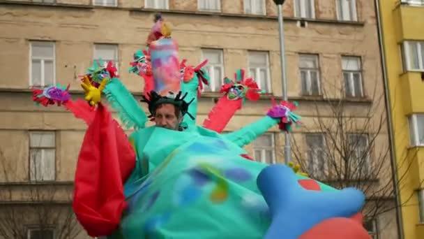 BRNO, ČESKÁ REPUBLIKA, FEBRUARY 29, 2020: Akční král Karneval Masopust slavnostní masky průvod Cikáni, bubnování kapely Samba Rhythms of Resistance dance music street