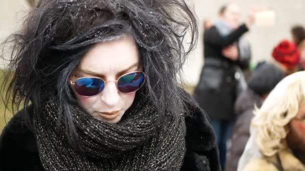 BRNO, ČESKÁ REPUBLIKA, FEBRUARY 29, 2020: Maska čarodějnice nebo babizna sungglass cikánský karneval Masopust slavnostní masky průvod Brno festival cikáni, průvod tradiční slovanské etnické oslavy vůně