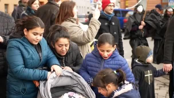BRNO, ČESKÁ REPUBLIKA, FEBRUARY 29, 2020: Cikánská rodinná matka s dětským kočárkem a dětskou akční kapelou taneční ulice, Karneval Masopust slavnostní masky průvod Cikáni dítě
