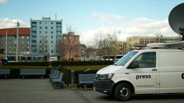 OLOMOUC, ČESKÁ REPUBLIKA, 3. ČERVENCE 2020: Satelitní televizní vůz pro přímé přenosy do televize, moderní satelitní vysílač, výstražný maják antény, technologické vybavení, hlavní železniční stanice Olomouc