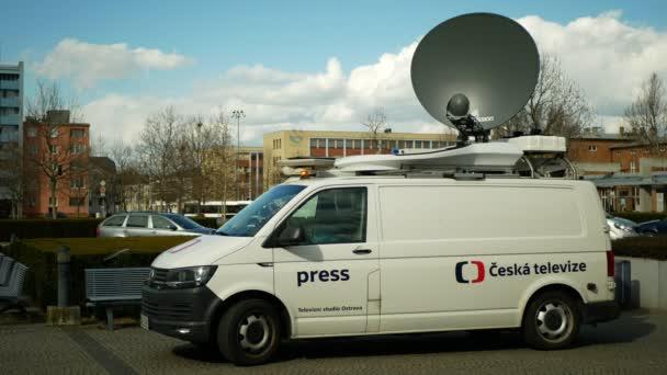 OLOMOUC, ČESKÁ REPUBLIKA, 3. ČERVENCE 2020: Satelitní televizní vůz pro přímé přenosy do televize, moderní satelitní vysílač, výstražný maják antény, technologické zařízení