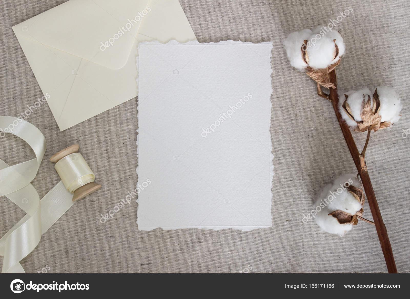 Tarjeta de papel rasgadas borde de paño de lino con flores de ...
