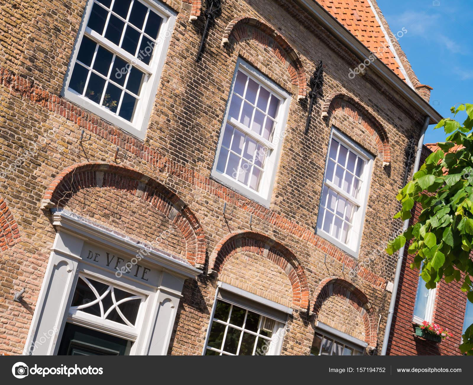 Gevel van de oude huis in versterkte stad van woudrichem nederland