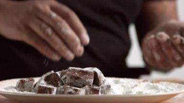 Profesionální mistr dílen s čokoládou, izolované na bílém pozadí