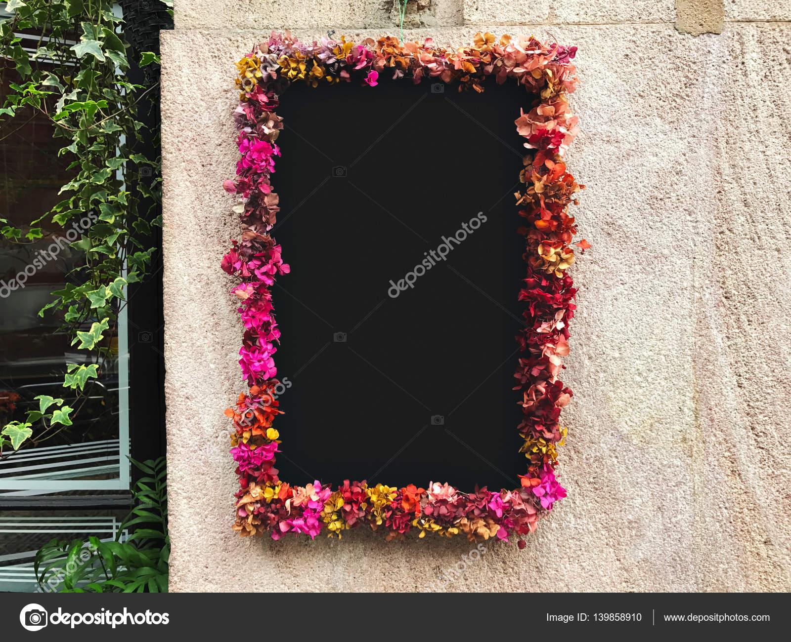 Flor enmarcada alrededor de pizarra en la pared de piedra — Fotos de ...