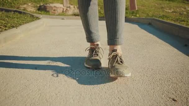 Detailní záběr na tenisky na nohách, chůze